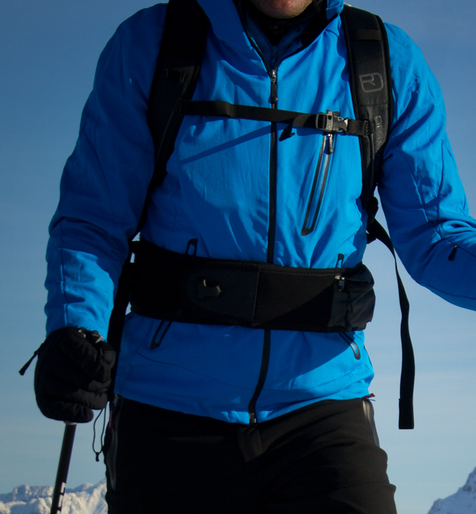 Der Ortovox Free Rider 26 von vorne: Neoprenhüftgurt mit Klettverschluss sorgt für bombigen Halt und ist am Lift schnell geöffnet. Auch mit Skihandschuhen.