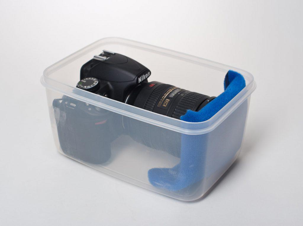 Die EMSA Box mit Nikon D3100 und angesetztem 18-200 mm Objektiv