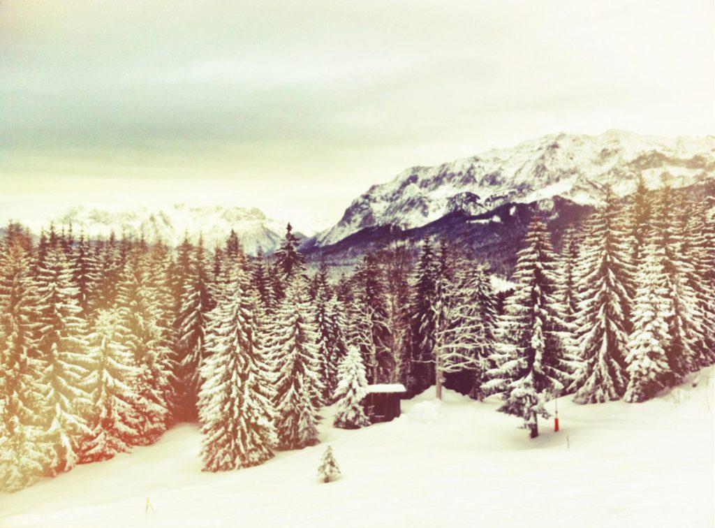 Schneebedeckte Landschaft am Bayernhaus in Garmisch-Classic