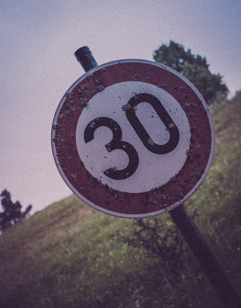 30 sind erlaubt, und ich liefere nur 27 Bilder. Tzz.