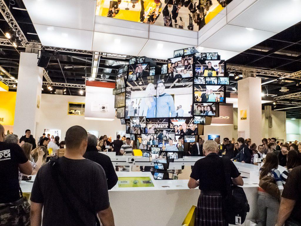 Im Zentrum des gelben Standes: Das Nikon-Bilder-Herz