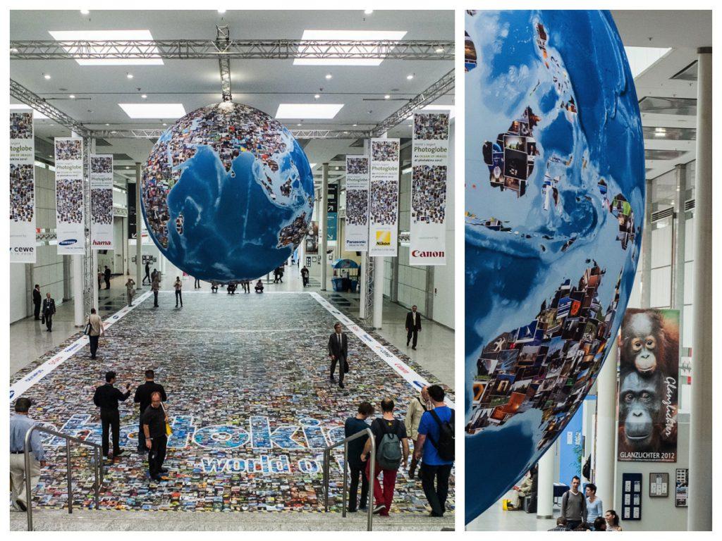 Ein riesiger Photo-Globe, gesponsort von verschiedenen Firmen der Branche, auf dem Messegelände