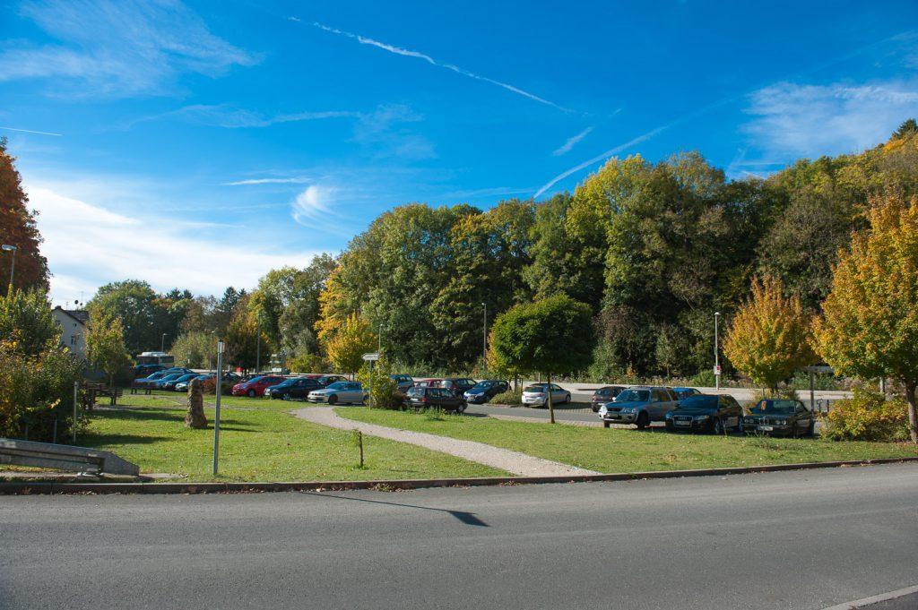 Parkplatz am Bahnhof Gräfenberg im Herbst