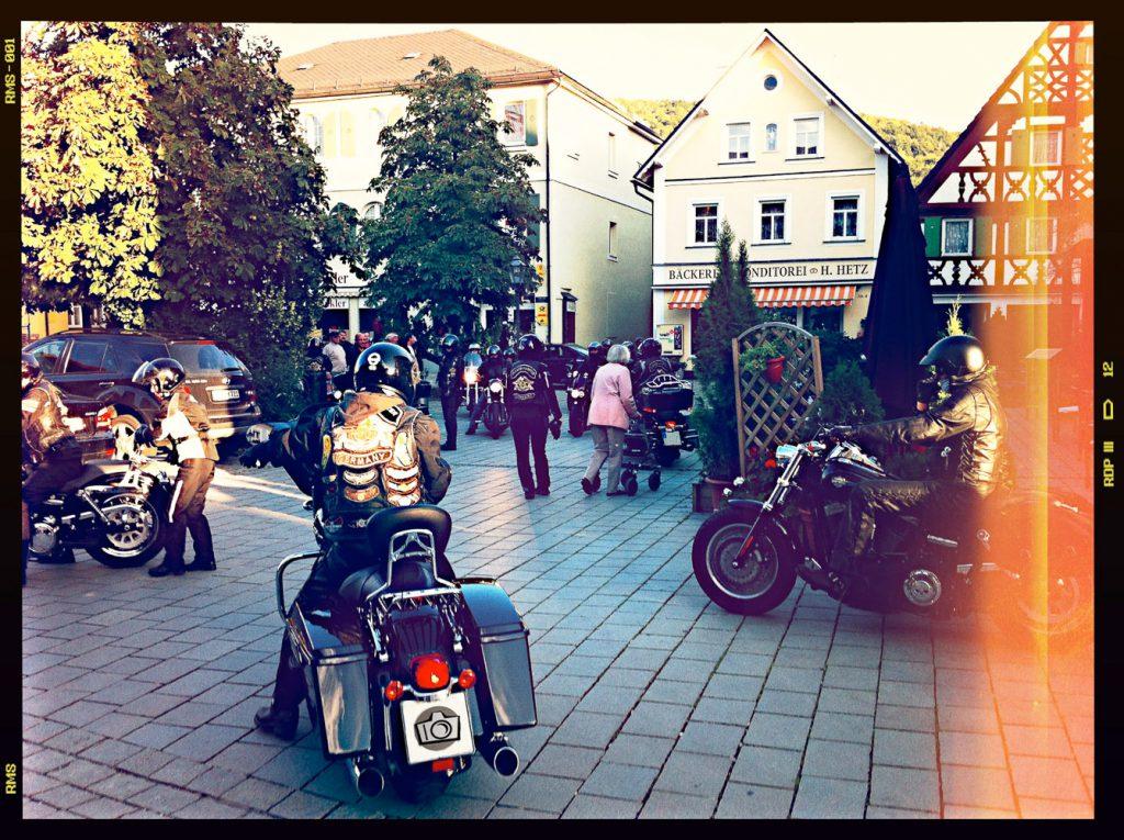 Am Marktplatz in Ebermannstadt. Ich glaub ich nenn' das Bild einfach Rockerbraut. Hehe