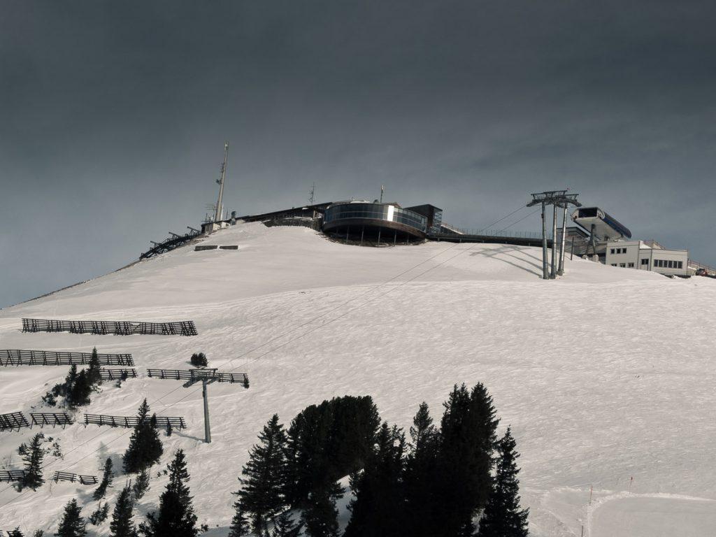 Blick auf die Bergstation der Kanzelwandbahn und der Zwerenalpbahn