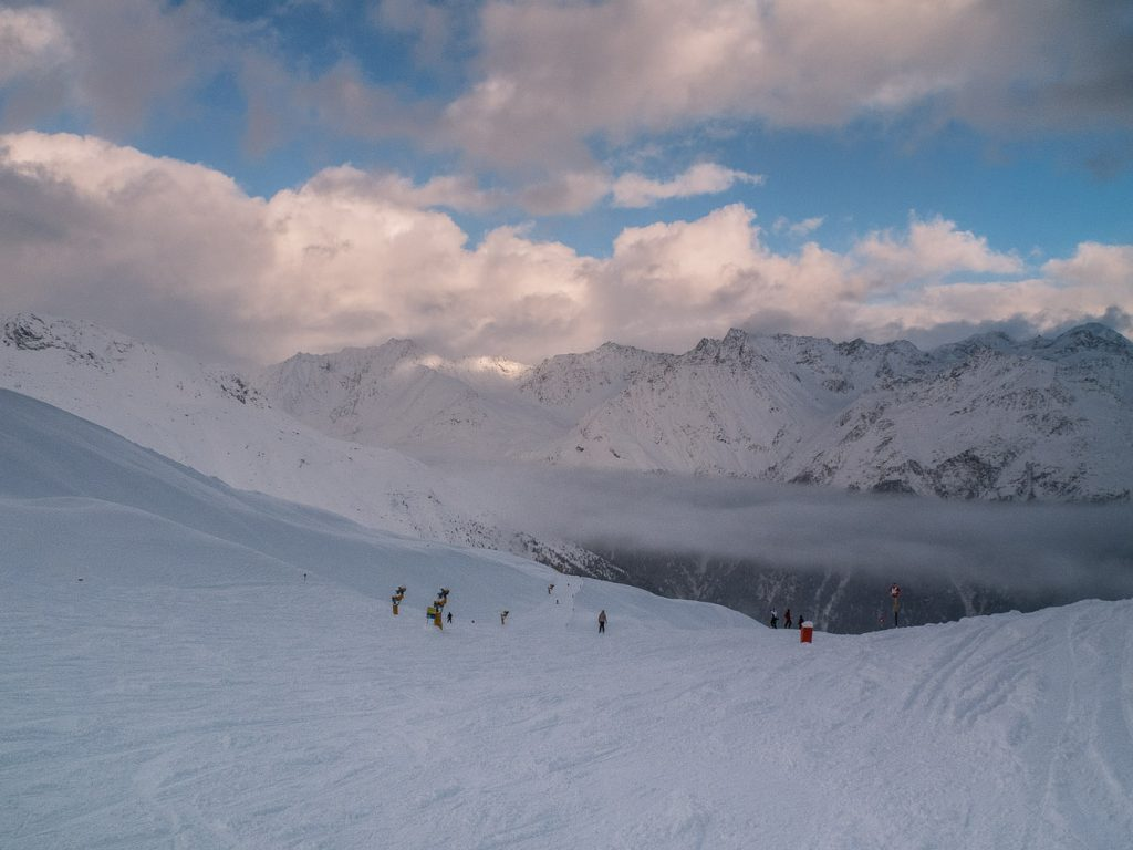 Blauer Himmel gegen Ende des Skitags in Sölden im Ötztal.