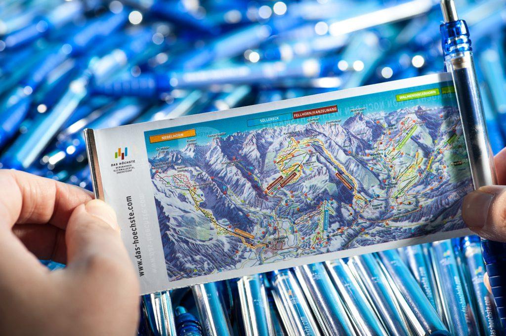 """Ganz praktisch: Auf der Rückseite sind die Pistenpläne der """"Das Höchste"""" Skigebiete abgedruckt"""