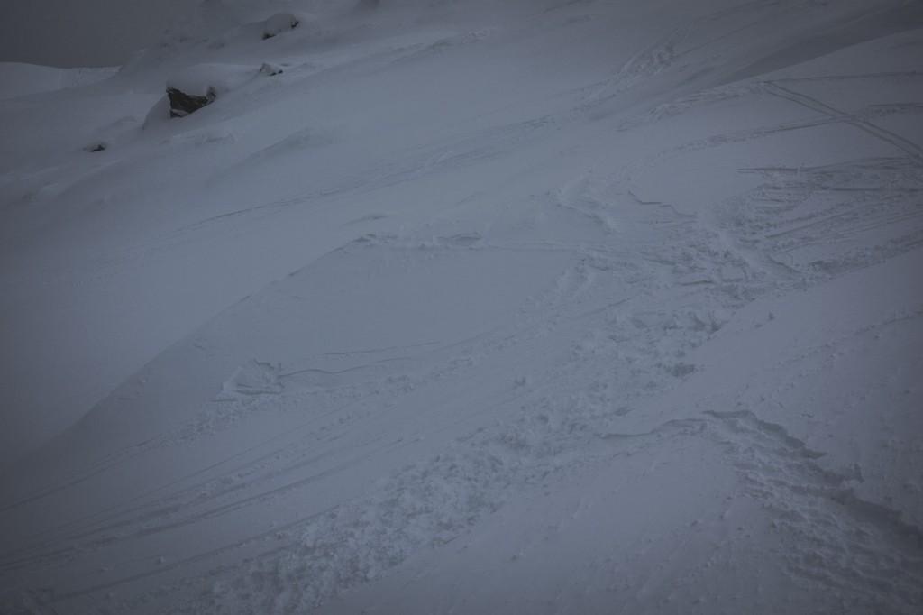 Ski suchen, meinen Ski, im Gelände unterhalb des Saxnerlifts: Die Spuren