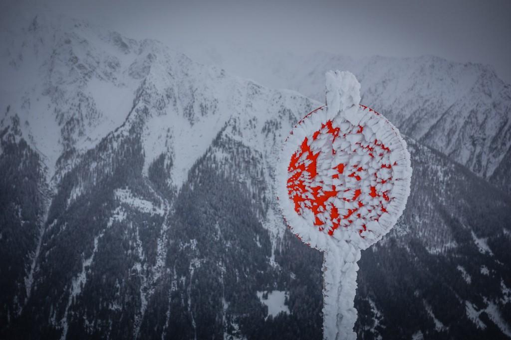 Gefrorenes Pistenschild im Skigebiet Ratschings