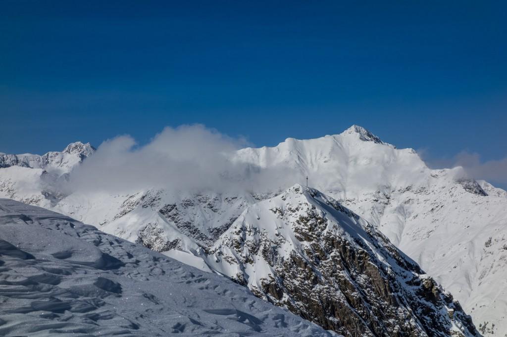Wolken am Gipfel. Im Skigebiet Ratschings