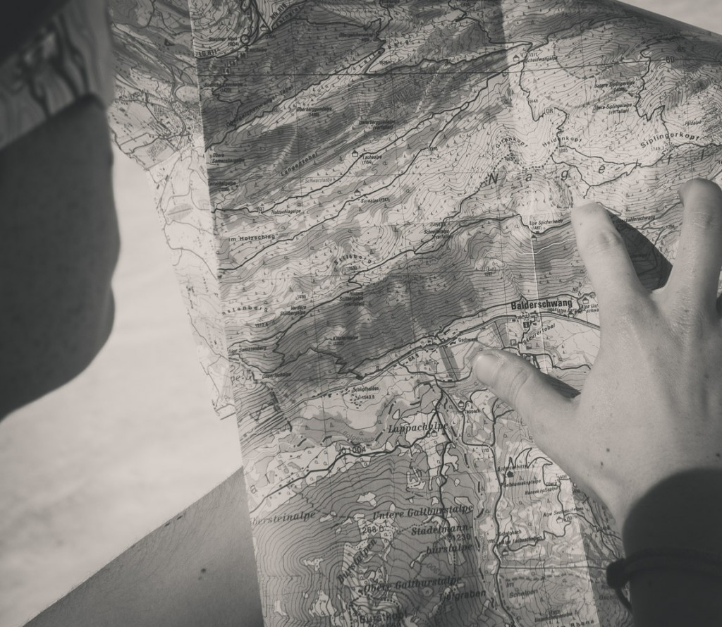Prüfender Blick in die Karte: links oder rechts?