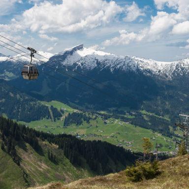 Blick auf Kanzelwandbahn und Hoher Ifen