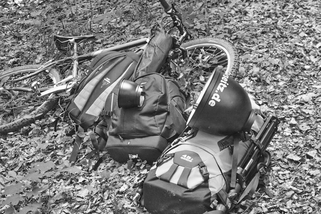Equipmenttransport mit drei Rucksäcken und zwei MTBs
