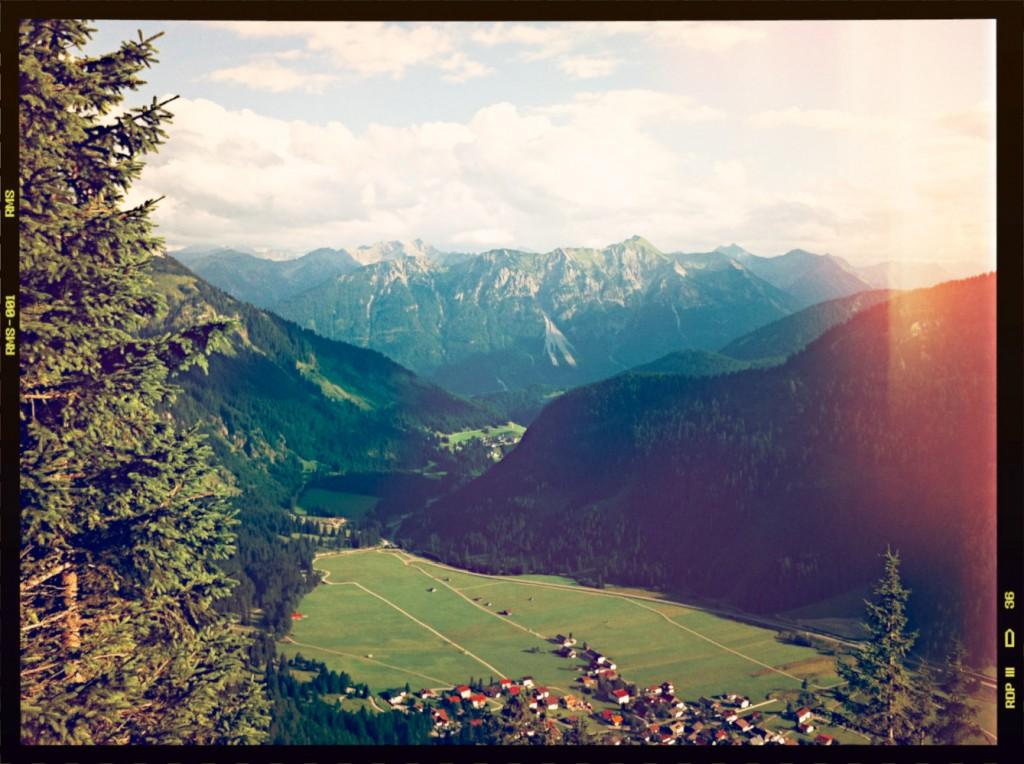 Talblick in der Abensonne auf Nesselwängle von der Terrasse des Gimpelhaus