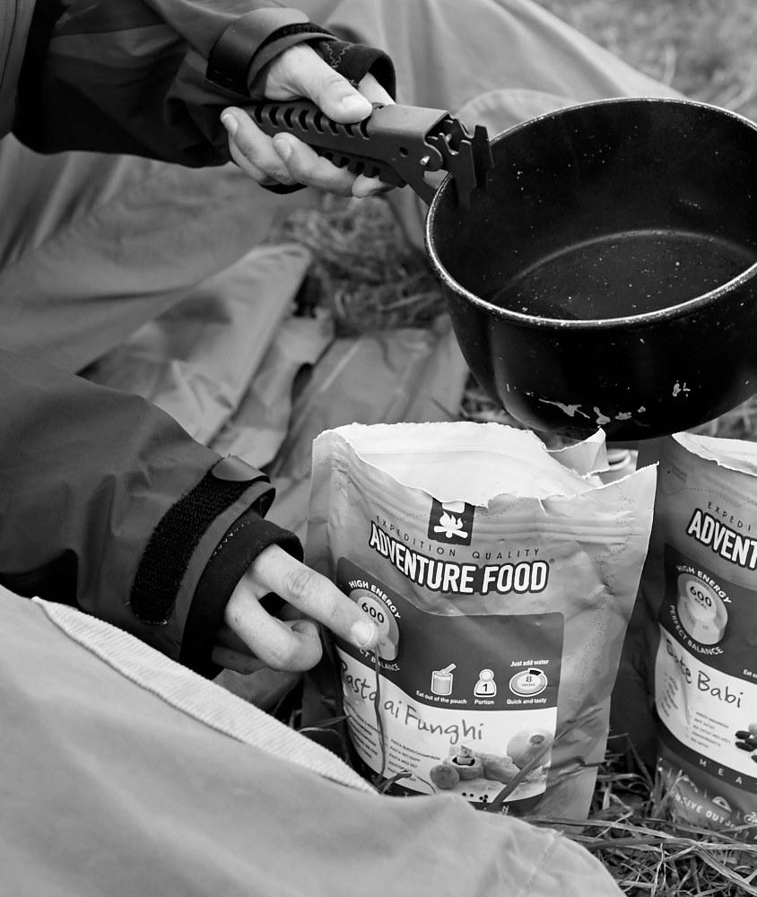 Die Zubereitung des Abendessens – man braucht lediglich heißes Wasser und 'nen Löffel