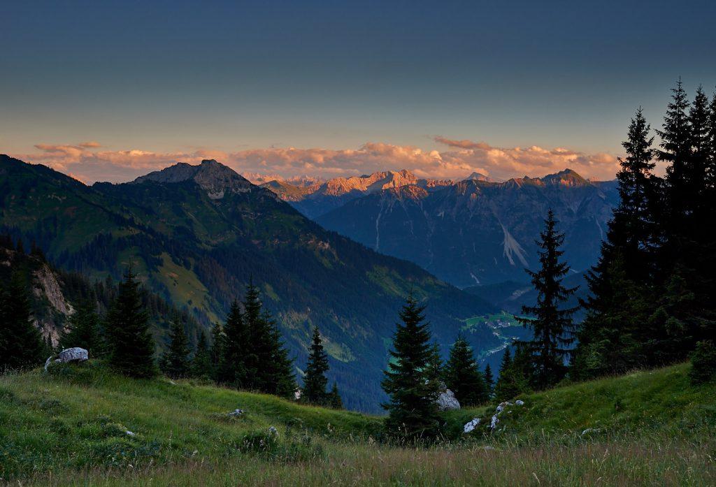 Bergpanorama mit der Gaichtspitze in den Tannheimer Bergen in der Abendsonne
