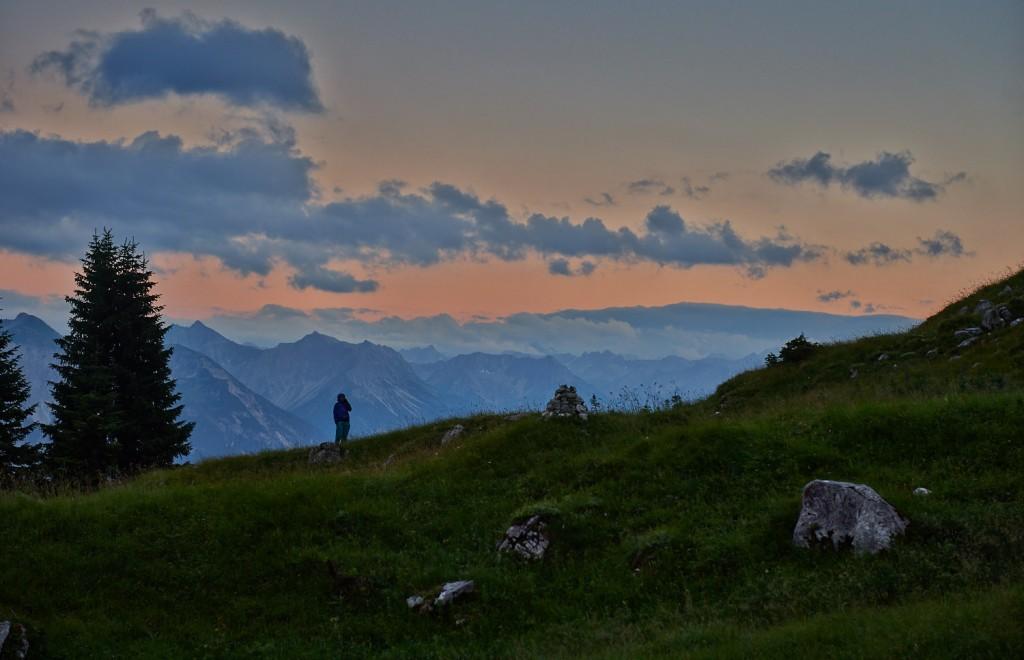 Telefonieren vor beeindruckender Kulisse in den Tannheimer Bergen