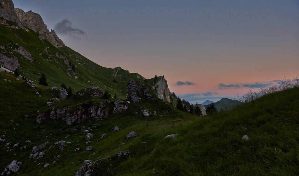 Blick auf die Nesselwängler Scharte im Abendrot. Rechts im Hintergrund sieht man noch den Hahnenkamm in den Tannheimber Bergen