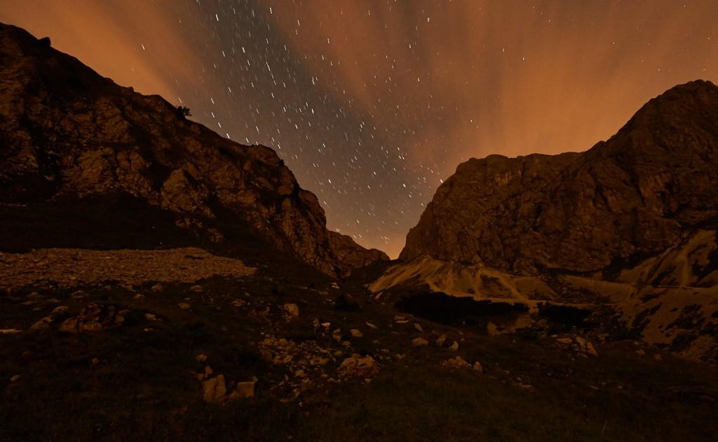 Nachtfotografie in den Tannheimer Bergen mit Blick Richtung Westen. Auf der rechten Seite befindet sich der Gipfel des Gimpel und links die Rote Flüh