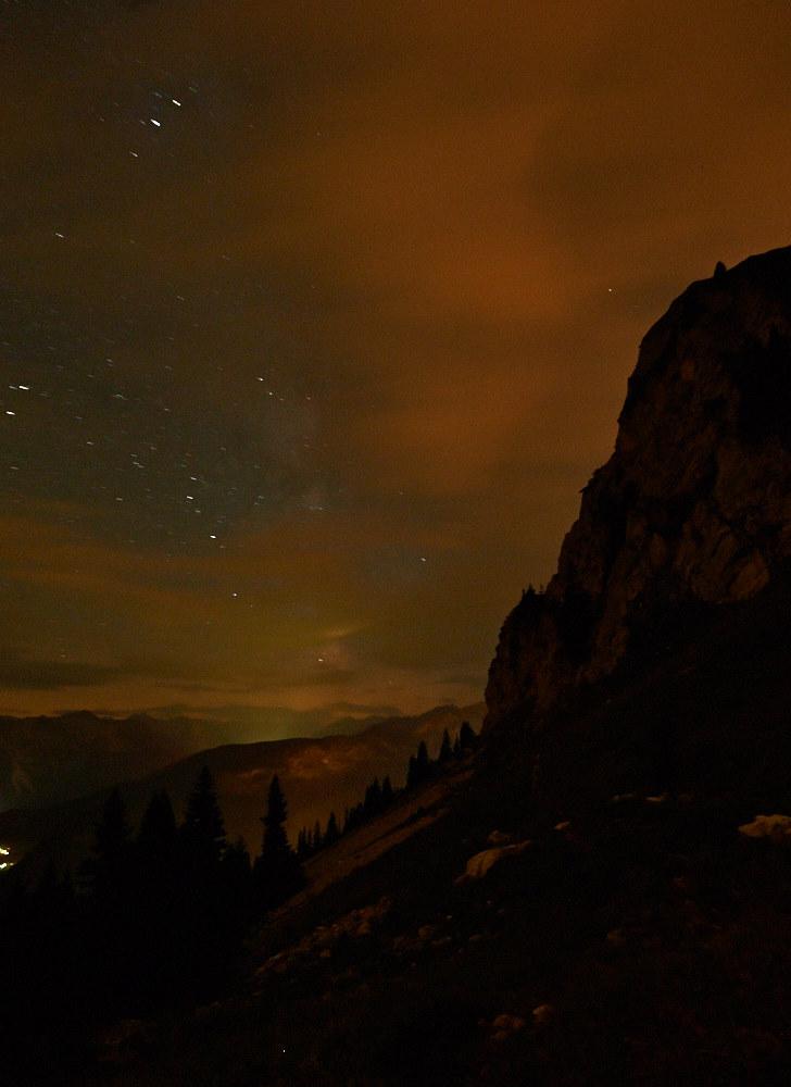 Nachtfotografie in den Tannheimer Bergen mit Blick Richtung Südwesten und den Hochwiesler als Silhouette