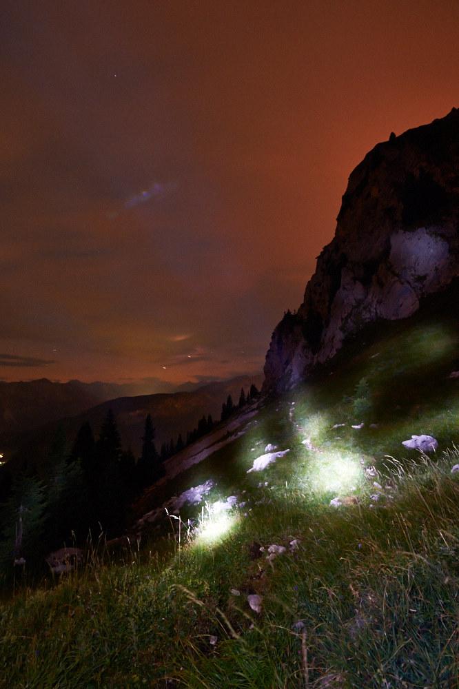 Nachtfotografie in den Tannheimer Bergen mit Blick Richtung Südwesten und den Hochwiesler als Silhouette und Experimenten mit der Taschenlampe