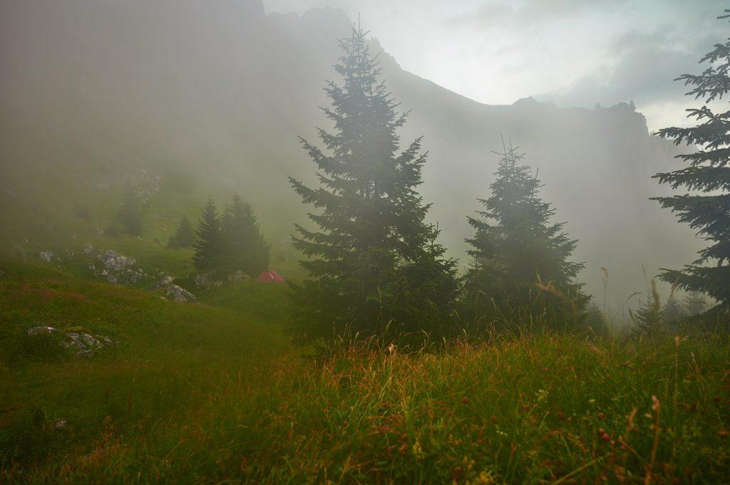 Mystische Nebelstimmung am Morgen am Biwakplatz, wobei das rote Zelt nicht zu uns gehörte