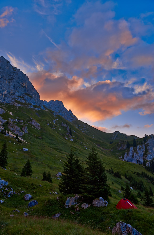 Sonnenaufgang an der Nesselwängler Scharte in den Tannheimer Bergen. Das Zelt gehört nicht dazu, macht sich aber trotzdem gut auf dem Bild