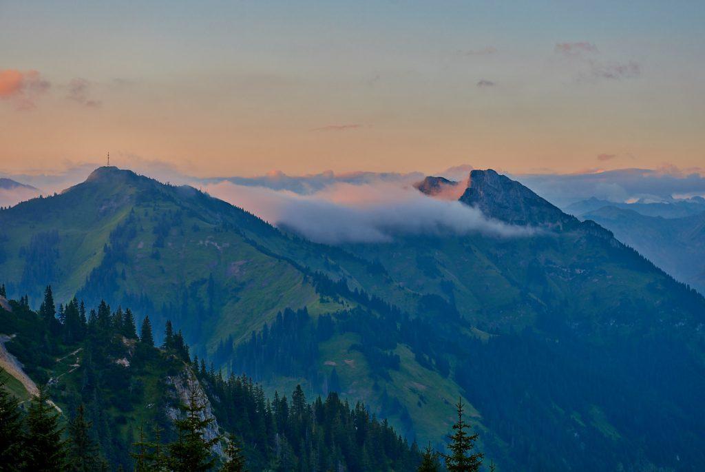 Blick auf Hahnenkamm und Gaichtspitze in den Tannheimer Bergen im Morgenrot