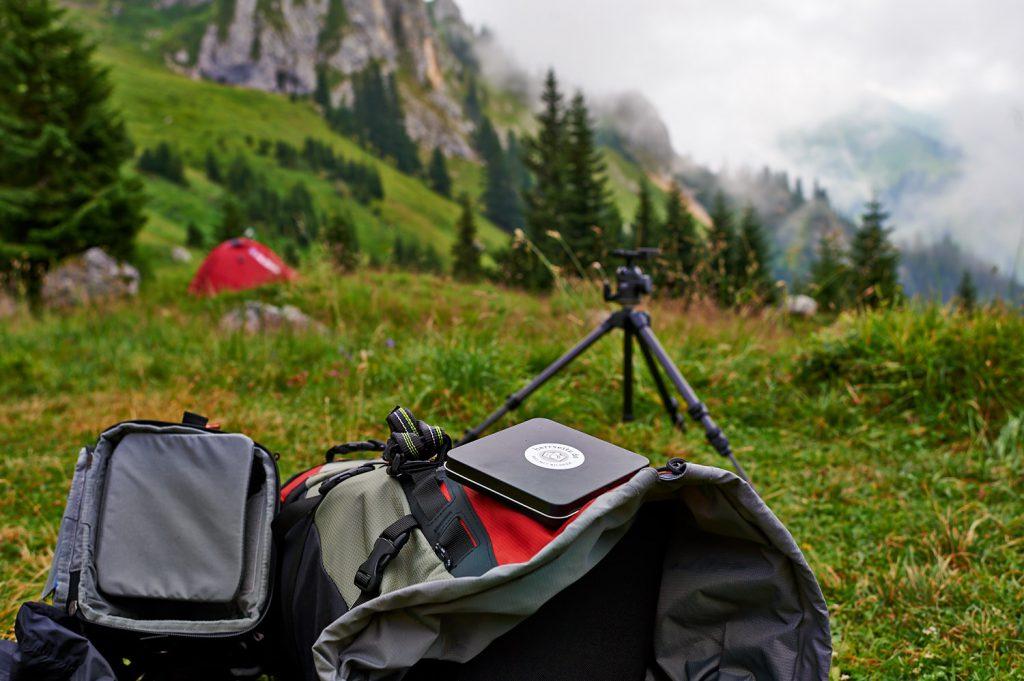 Packen des Rucksacks nach einer Nacht in den Tannheimer Bergen