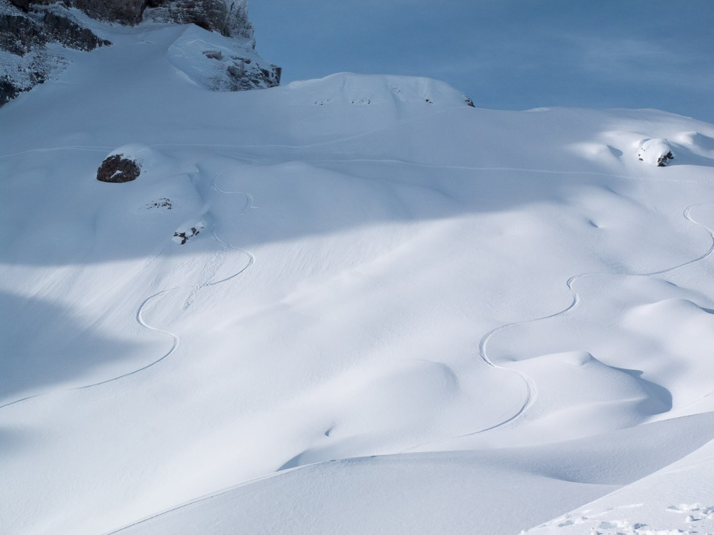 Zwei Snowboard-Spuren im Powder am Fuß des Hohen Ifen