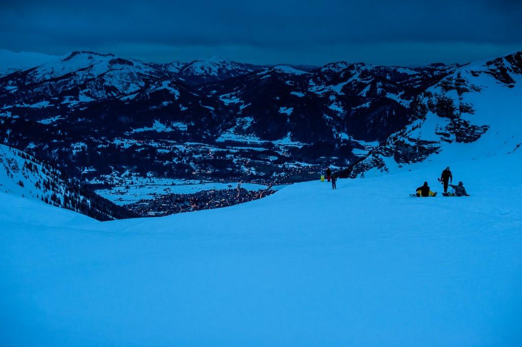 Blick vom Nebelhorn auf Oberstdorf bei Nacht
