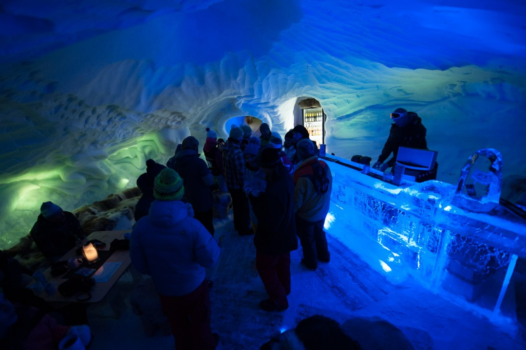 An der Hotelbar in der Iglu-Lodge