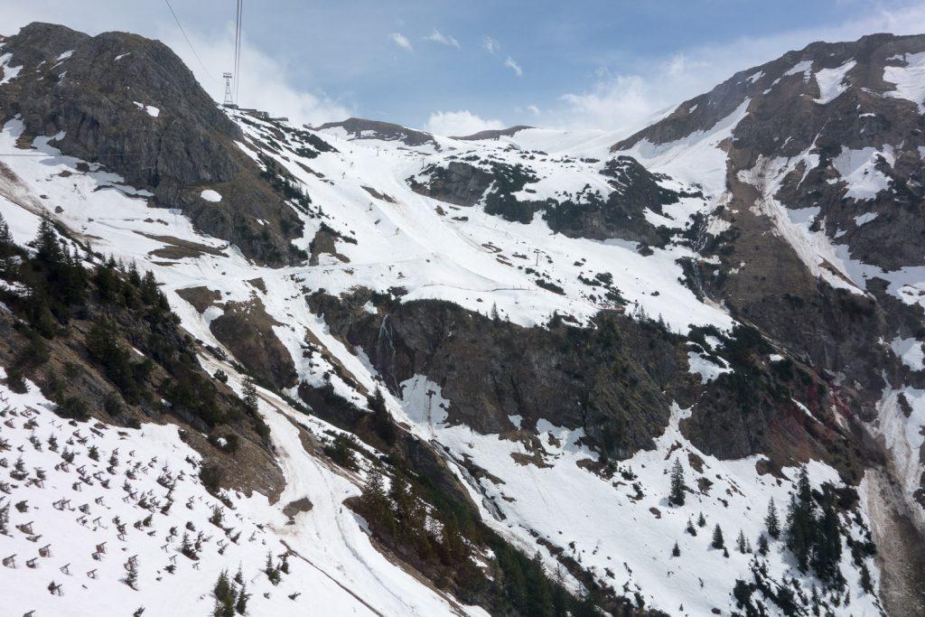 Der Frühling ist da: die Schneedecke auf der Talabfahrt schwindet langsam