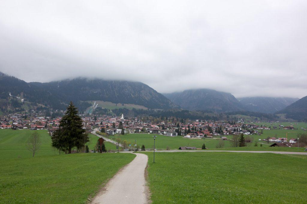 Während man am Berg noch Skifahren kann, herrscht im Tal schon ordentlich Frühling