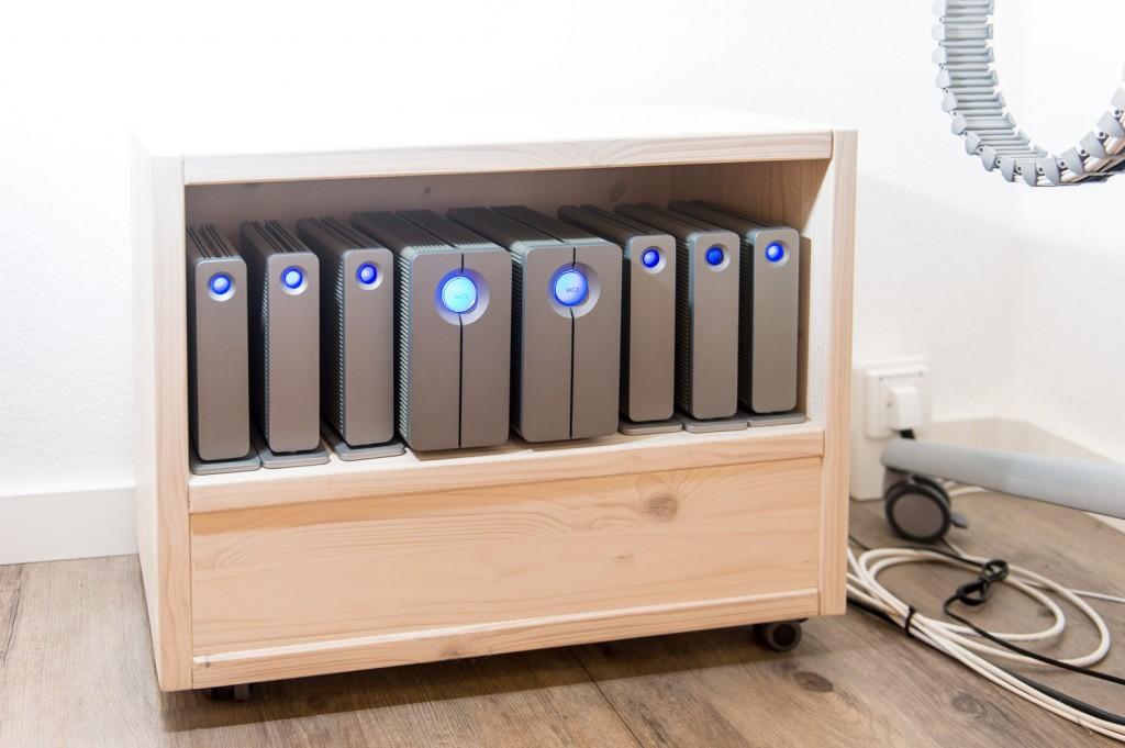 Unter meinem Schreibtisch: Lacie-Festplatten im selbst entworfenen und mit fachmännischer Unterstützung gebauten HDD-Container