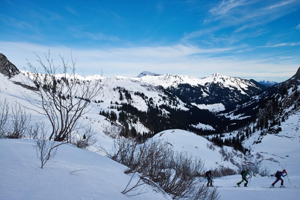 Bergpanorama mit Tourengehern und Hoher Ifen (im Schatten), Walmendingerhorn und im Hintergrund der Grünten