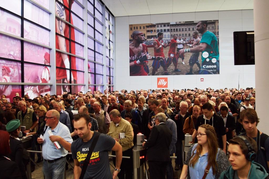 Besucheransturm bei der Photokina 2014 kurz nach Eröffnung des Messetags