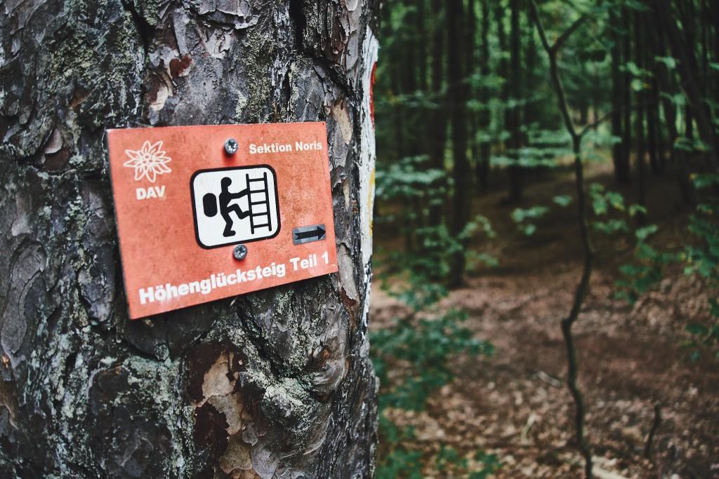 Durch dem Wald, einfach dem Schild nach, auf dem Weg zum Höhenglücksteig