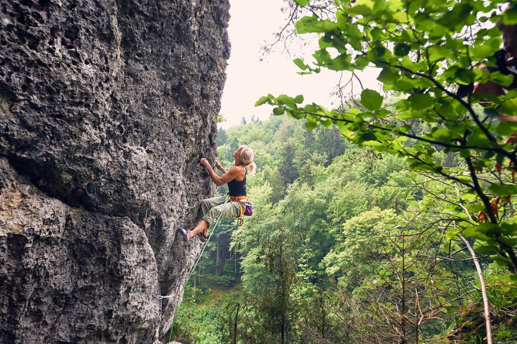 Anna Laitinen klettert Lohengrin (8-) am Richard-Wagner-Fels (Frankenjura) zum Aufwärmen