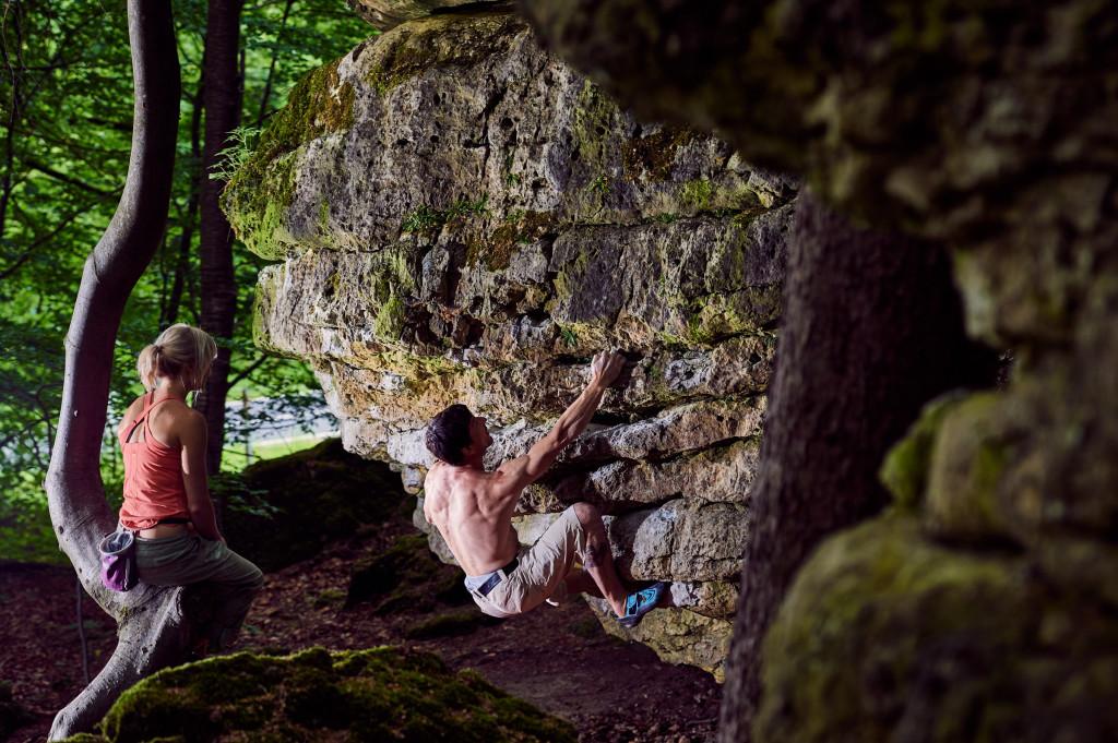 Gerhard Hörhager bouldert im Frankenjura. Anna schaut ihm dabei über die Schulter