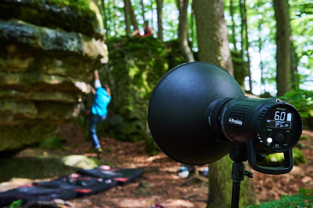 Positionierung des Hauptlichts: ein Profoto B1 mit Magnum-Reflektor irgendwo im Fränkischen Wald