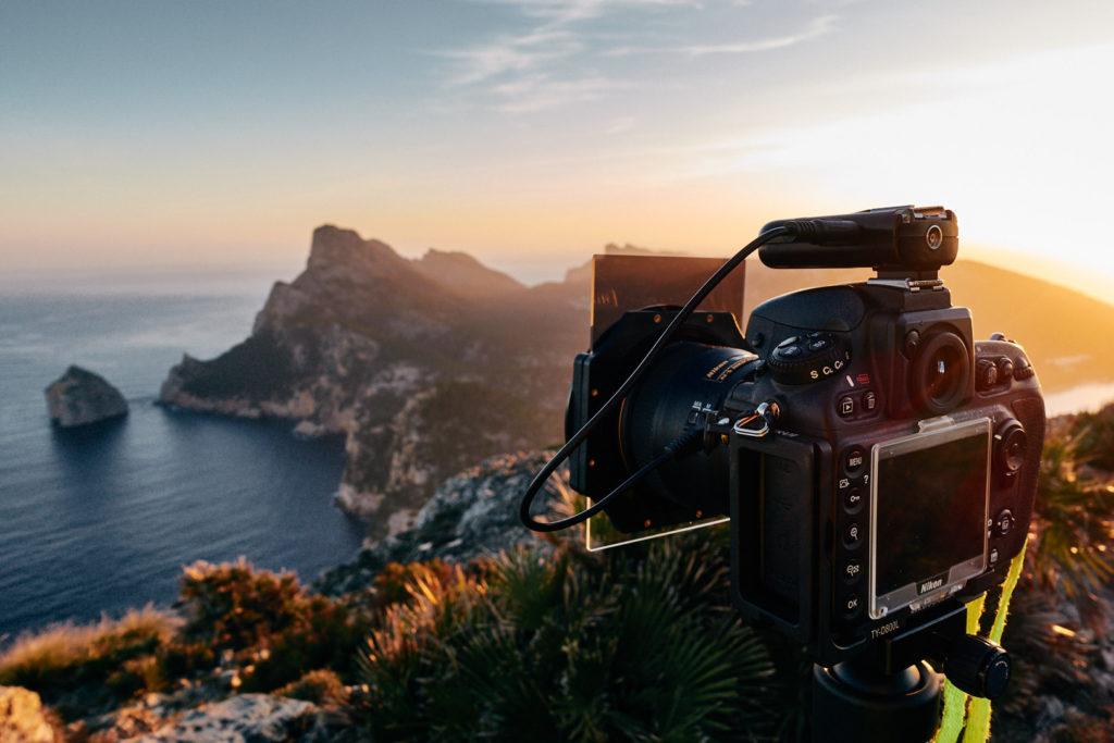 Während des Sonnenaufgangs am Talaia D'albercutx mit Blick in Richtung El Colomer im Norden von Mallorca