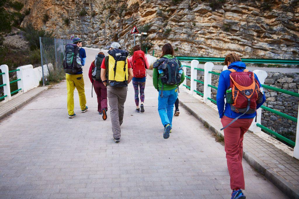 Beim Zustieg zum Sektor Masters in Chulilla in Spanien
