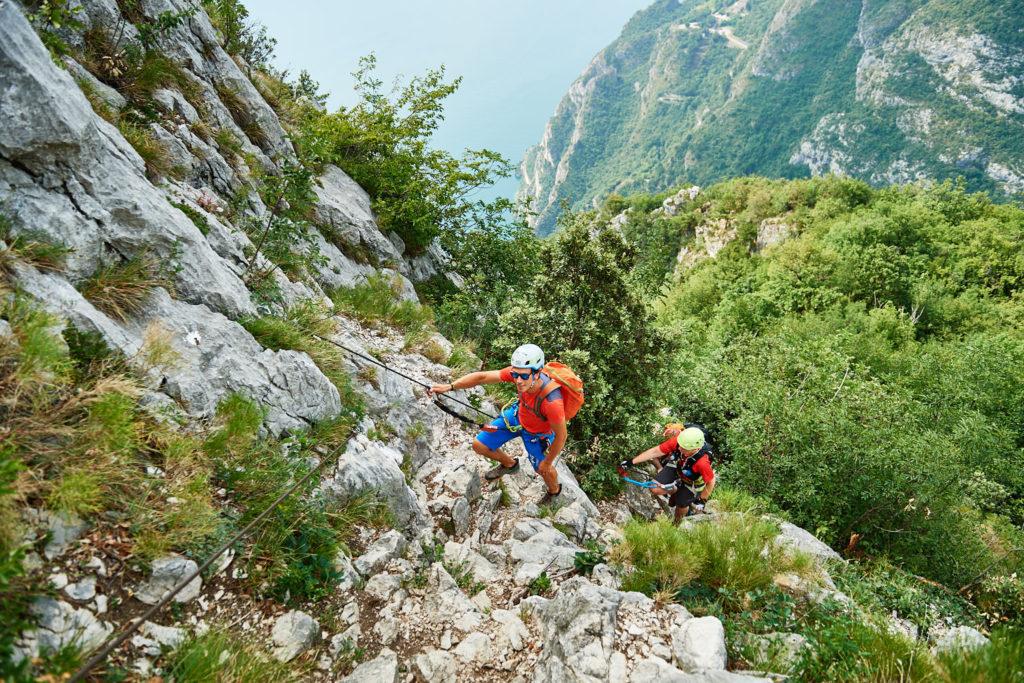 Matteo Guardini und Anja Schneider im Klettersteig zum Cima Capi vor beindruckender Kulisse