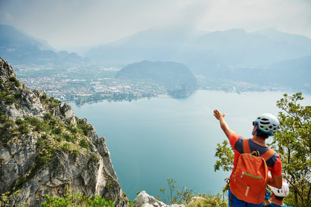 Matteo erklärt die Umgebung am Gardasee mit perfektem Blick auf den Monte Brione
