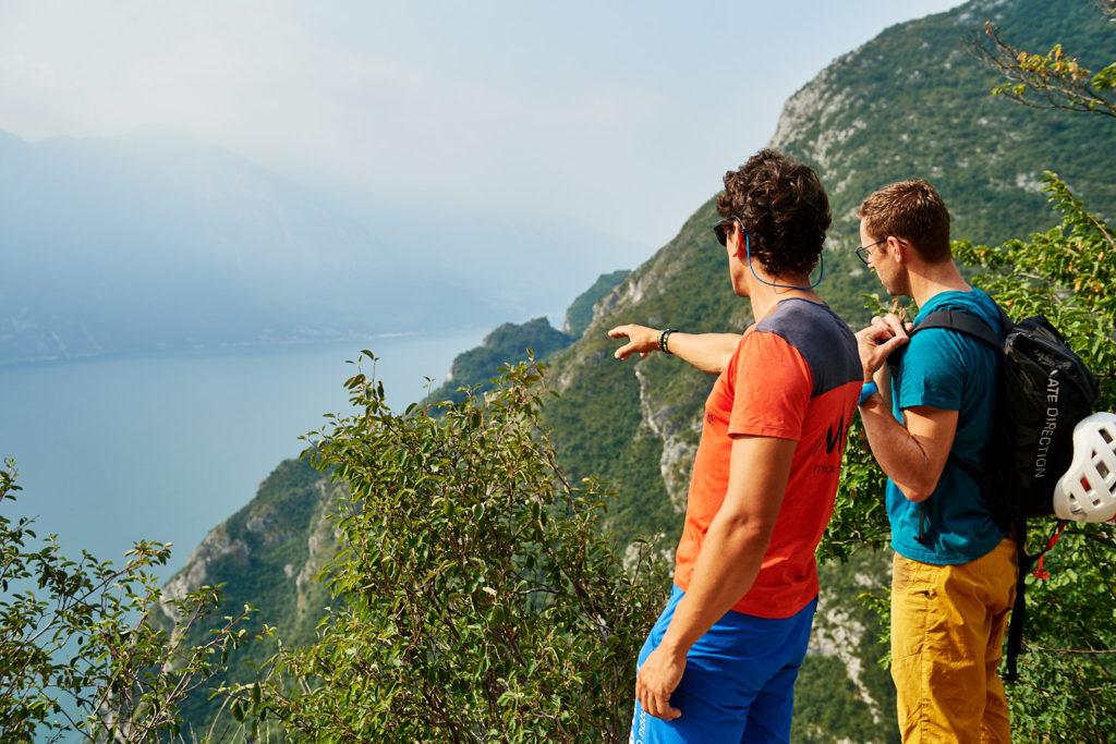 Am Einstieg zum Klettersteig Cima Capi: Matteo zeigt die Umgebung