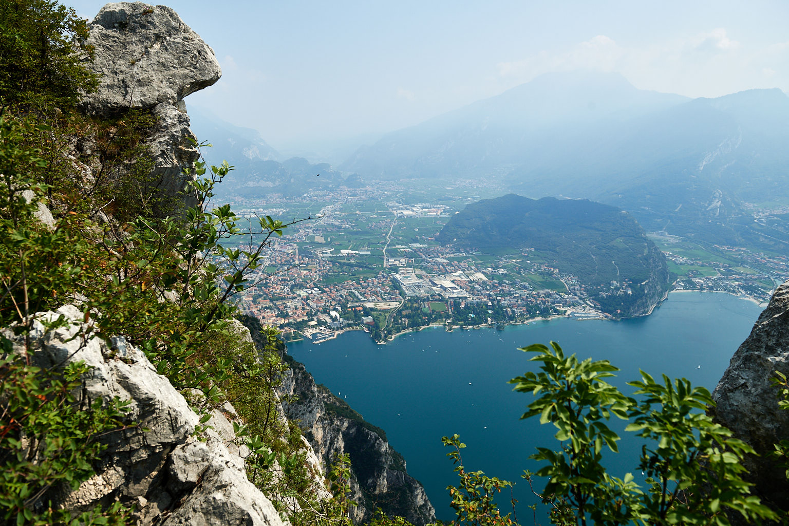 Ausblick auf Riva del Garda und den Monte Brione
