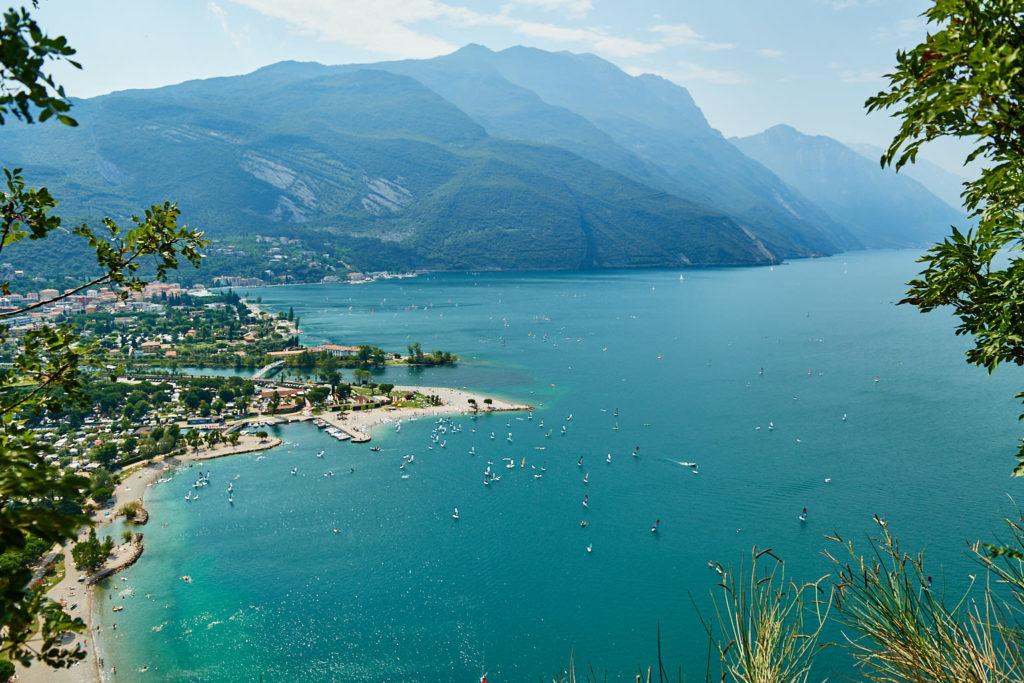 Ausblick auf den Strand von Torbole am Gardasee beim Weg auf den Monte Brione