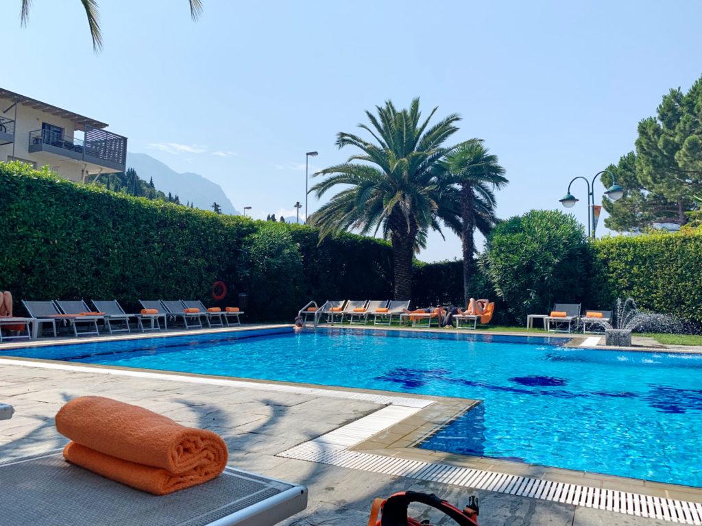 Kurzer Break am Pool nach der Tour auf den Monte Brione