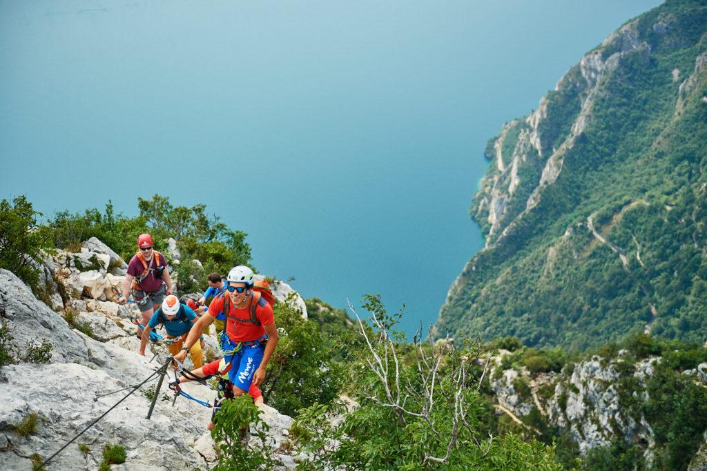Die Gruppe im Klettersteig Fausto Susatti vor der Kulisse des Gardasees